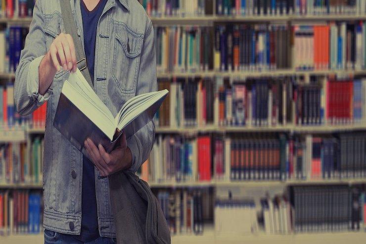 Student recherchiert für Wissenschaftliche Weiterbildung