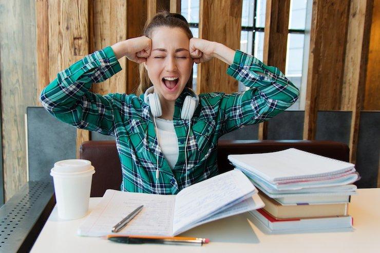 Lernende Studentin schreit vor Stress