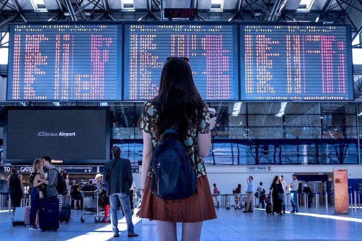 Frau am Flughafen für Auslandsjob