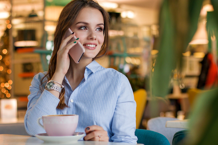 Frau telefoniert in einem Cafe