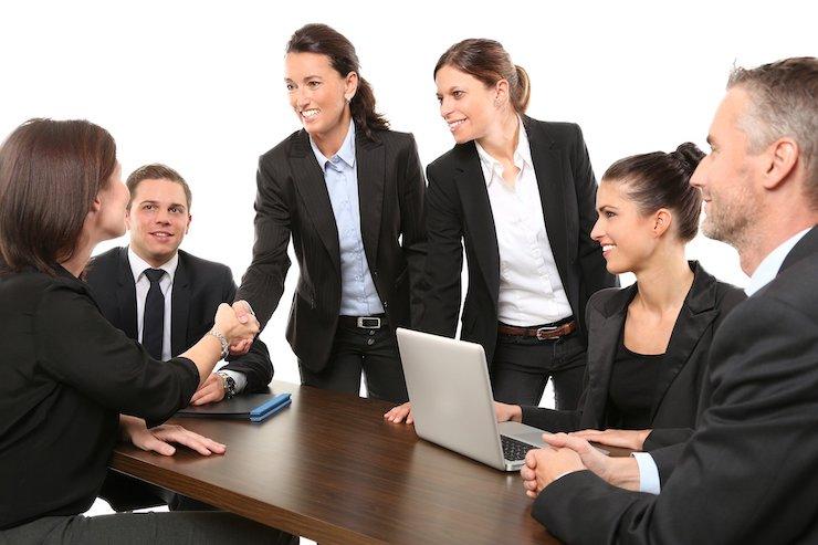 Frauen Männer Geschäft Handschlag