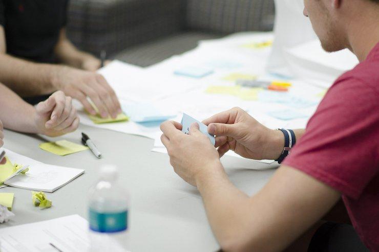 Weiterbildung zusammen in Gruppenarbeit