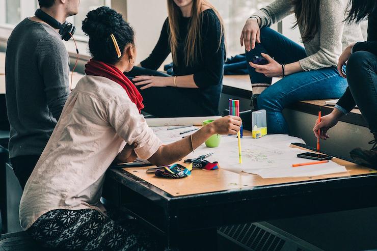 Studenten lernen in einer Arbeitsgruppe