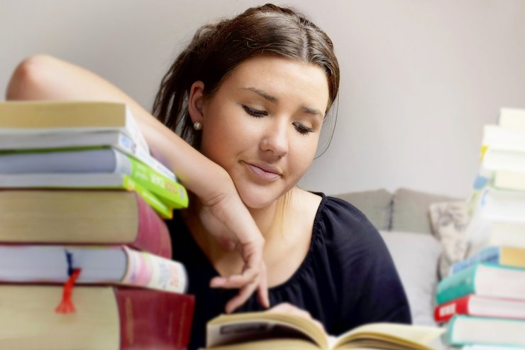 Mädchen lernt für Weiterbildung