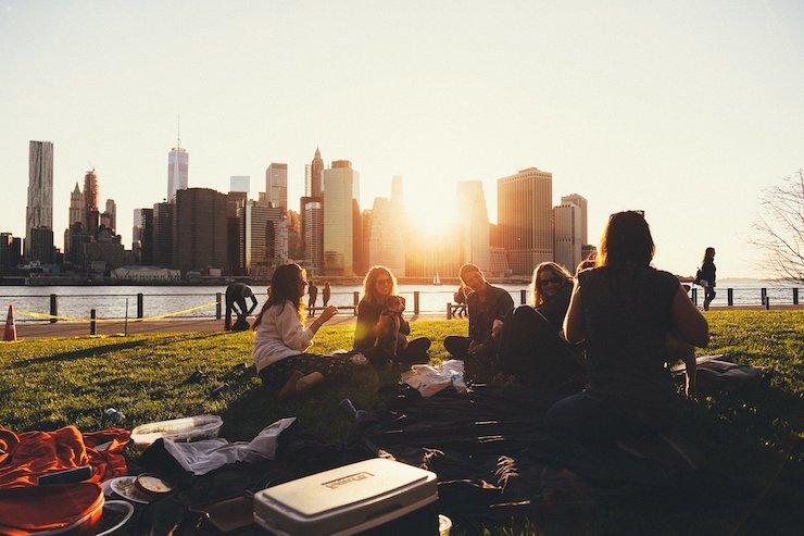 Studenten picknicken im Park