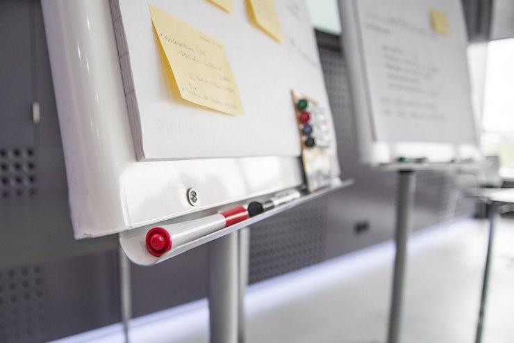Flipchart mit Notizen und Stiften